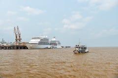 Siedem morzy nawigatora rejsu liniowiec w doku i małym statku Zdjęcia Stock