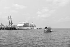 Siedem morzy nawigatora rejsu liniowiec w doku i małym statku Obrazy Stock
