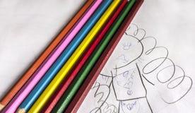 Siedem ołówków kolorowy jaskrawy kłamstwo na dziecięcych skrobaninach Fotografia Stock