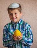 Siedem roczniaka chłopiec trzyma cedrat fotografia royalty free