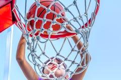 Siedem roczniaka dziewczyna bawić się koszykówkę obrazy royalty free