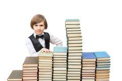 Siedem rok chłopiec przy starymi książkami Fotografia Royalty Free