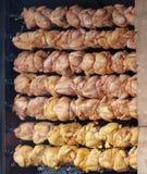 Siedem rzędów piec cali kurczaki na mierzei, Boczny widok obrazy royalty free