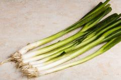 Siedem Zielonych cebul Diagonally Przez Tnącą deskę zdjęcia royalty free