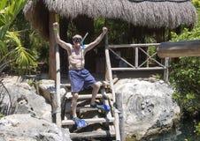 Siedemdziesiąt roczniaka samiec entuzjastycznie przygotowywająca snorkel Fotografia Royalty Free