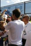 Siedemnaście czasu wielkiego szlema mistrza Roger Federer podpisywania autografów po praktyki dla us open 2014 Obrazy Stock