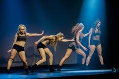 Os dançarinos do teatro de dança de Luz executam na fase Foto de Stock