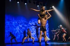 Os dançarinos do teatro de dança de Luz executam na fase Imagem de Stock