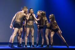 Os dançarinos do teatro de dança de Luz executam na fase Foto de Stock Royalty Free