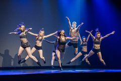Os dançarinos do teatro de dança de Luz executam na fase Fotografia de Stock