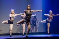 Os dançarinos do teatro de dança de Luz executam na fase Fotos de Stock Royalty Free