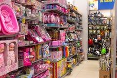 SIEDLCE, POLEN - MAART 20, 2019: Roze speelgoed voor meisjes en militair voor jongens in Pepco-grootwinkelbedrijf stock afbeelding
