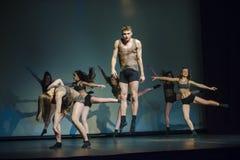 Dansare av den Luz danstheatren utför arrangerar på royaltyfria bilder