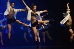 Los bailarines del teatro de danza de Luz se realizan en etapa Imagen de archivo libre de regalías