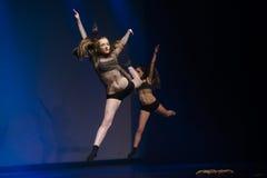 Los bailarines del teatro de danza de Luz se realizan en etapa Foto de archivo libre de regalías