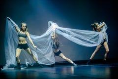 Los bailarines del teatro de danza de Luz se realizan en etapa Imágenes de archivo libres de regalías
