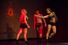 Tancerze Luzu tana Theatre wykonują na scenie zdjęcia stock