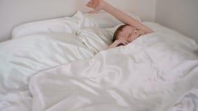 Siedmioletnia chłopiec budzi się up, chuje za koc i śpi dalej, zbiory