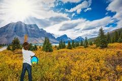 Siedmioletnia chłopiec z kulą ziemską w rękach Zdjęcia Royalty Free