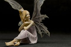 Siedząca czerwona włosiana czarodziejska figurka Fotografia Stock
