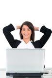 Siedząca przed komputerem biznesowa kobieta obrazy stock