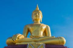 Siedząca Złota Buddha statua na niebieskim niebie Fotografia Royalty Free