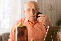 Siedzące starsze osoby Goli jego brodę Używać żyletkę Zdjęcie Stock