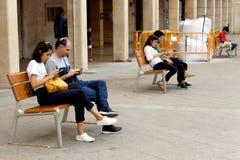 Siedzący ludzie są attentively i zaciszność sprawdza ich telefony komórkowych i nikt opowiada obrazy royalty free