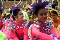 Siedzący uczestnik w różnorodnych kostiumach uliczny tancerz Obrazy Royalty Free
