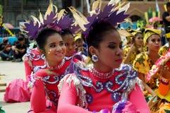 Siedzący uczestnik w różnorodnych kostiumach uliczny tancerz Zdjęcie Royalty Free