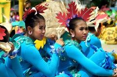Siedzący uczestnik w różnorodnych kostiumach uliczny tancerz Fotografia Stock