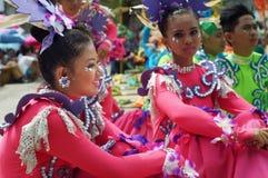 Siedzący uczestnik w różnorodnych kostiumach uliczny tancerz Zdjęcia Royalty Free