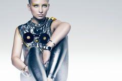 Siedząca cyborg kobieta w kostiumu Zdjęcie Royalty Free