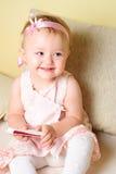 siedząca dziewczyny kanapa Obraz Royalty Free