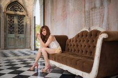 siedząca dziewczyny kanapa Fotografia Stock