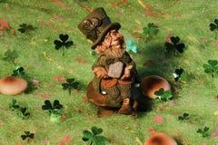 siedzący leprechaun muchomor Fotografia Royalty Free