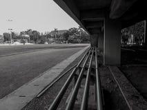 Siedzenie na krawędzi boiska piłkarskiego czarny white fotografia stock