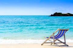 Siedzenie na plaży z błękitnym morzem fotografia stock