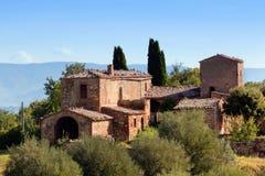 Siedziba w Tuscany, Włochy Toskanki gospodarstwa rolnego dom, cyprysowi drzewa zdjęcia stock