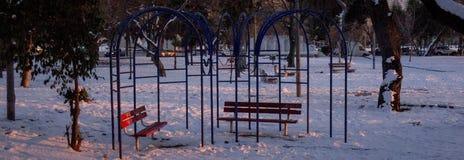 Siedzieć ławki w śniegu obraz stock