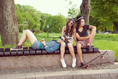 Siedzieć Na Parkowej ławce Fotografia Stock