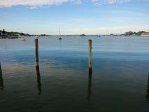Siedzieć na doku zatoka fotografia stock