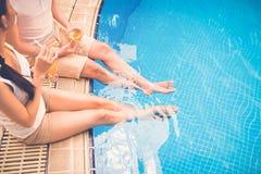 Siedzieć przy basenem obraz royalty free