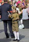 Sieg-Tag in Moskau Schönes Mädchen in der Militäruniform mit Flagge auf Victory Day Lizenzfreie Stockfotografie