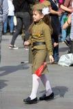 Sieg-Tag in Moskau Schönes Mädchen in der Militäruniform mit Flagge auf Victory Day Lizenzfreie Stockfotos