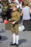 Sieg-Tag in Moskau Schönes Mädchen in der Militäruniform mit Flagge auf Victory Day Stockfoto