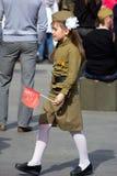 Sieg-Tag in Moskau Schönes Mädchen in der Militäruniform mit Flagge auf Victory Day Lizenzfreies Stockbild