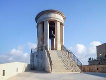 Siege военный мемориал колокола близко для того чтобы припарковать более низкие сады Barrakka в городе Валлетты, Мальте Стоковое Фото