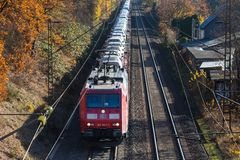 Siegen, северная Рейн-Вестфалия/Германия - 14 11 18: поезд автомобиля около sieg стоковые фото