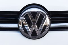 Siegen, Noordrijn-Westfalen/Duitsland - 14 11 18: VW-teken in siegen Duitsland royalty-vrije stock afbeeldingen